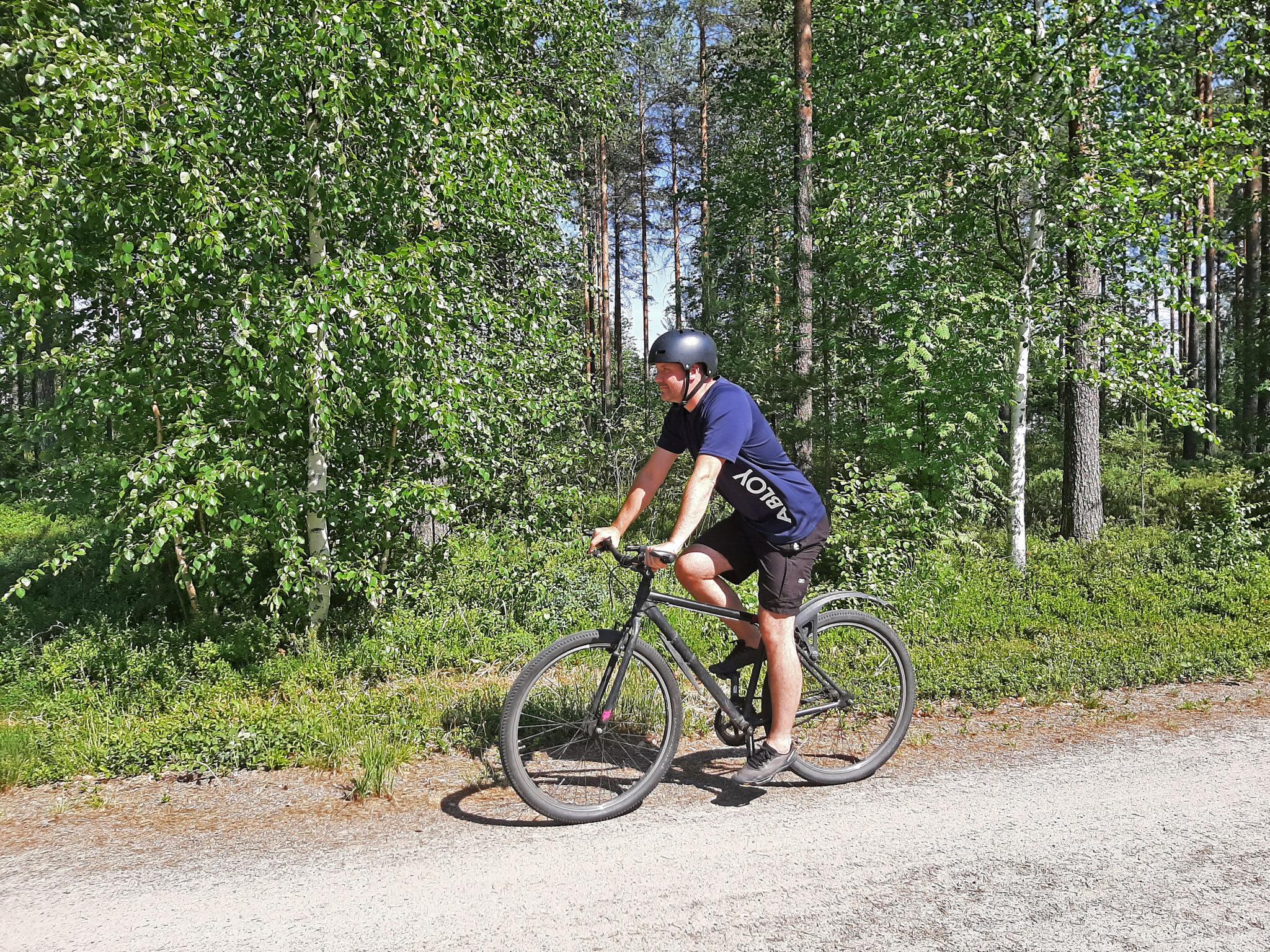 Mies pyöräilemässä.